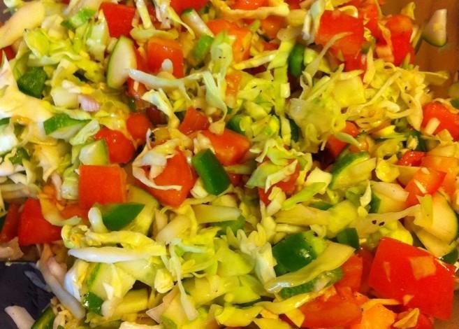 Диетический салат Витаминный с капустой, помидором, огурцом и перцем