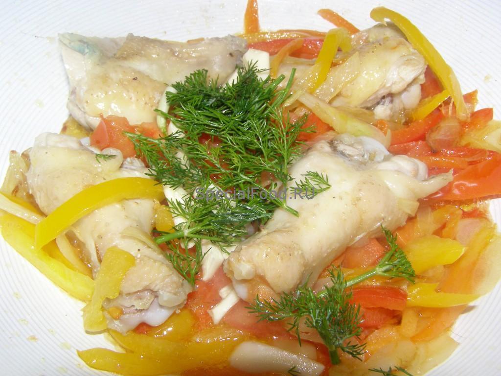 Крылышки кладем к овощам