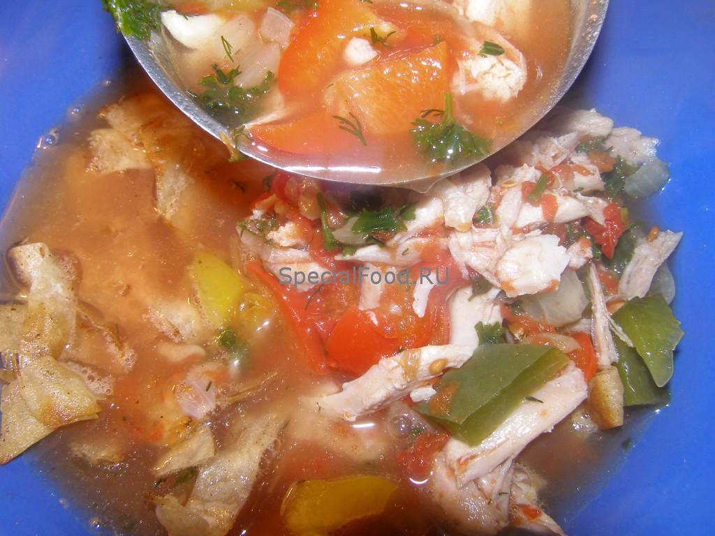 Кладем мясо и орехи в суп