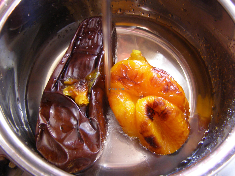 Очищаем баклажан и перец