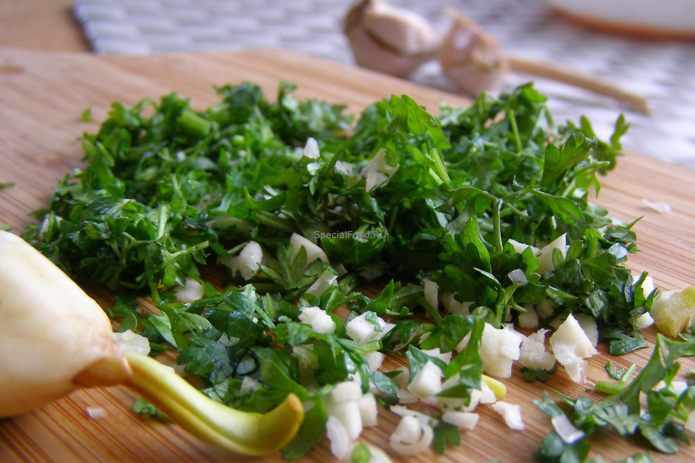 Измельчаем чеснок и зелень