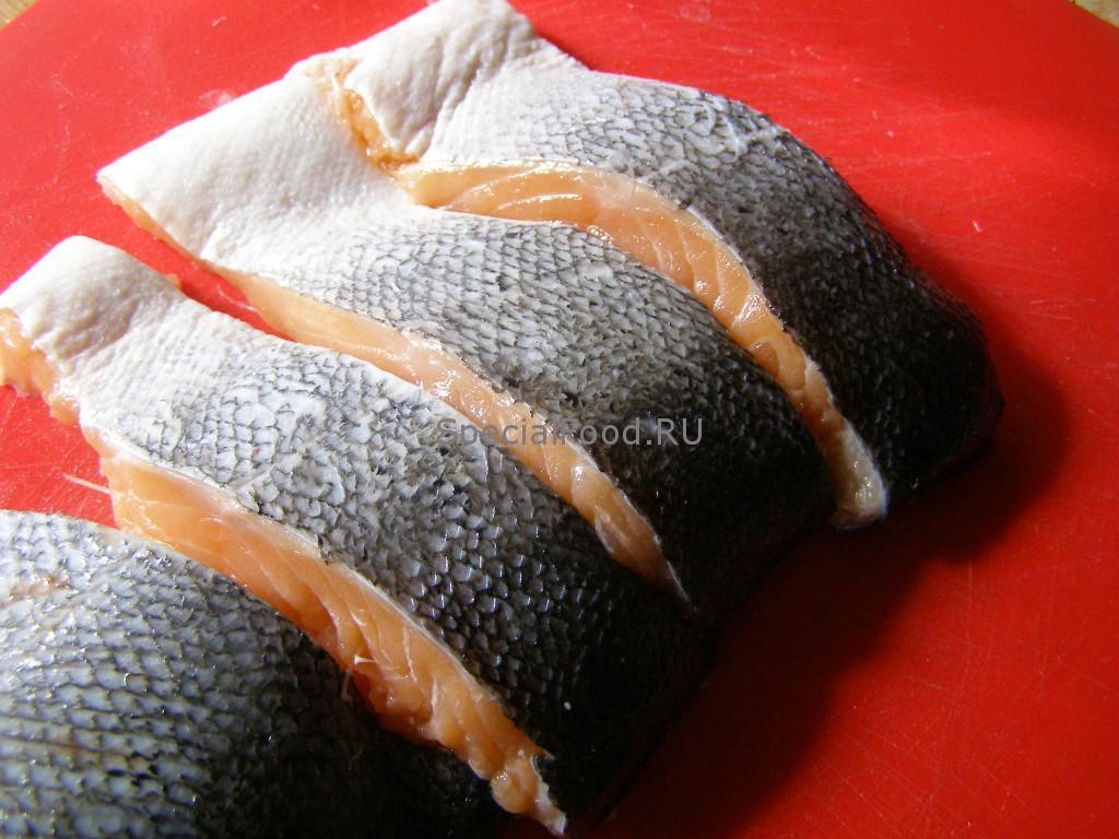 Нарежем лосося на стейки
