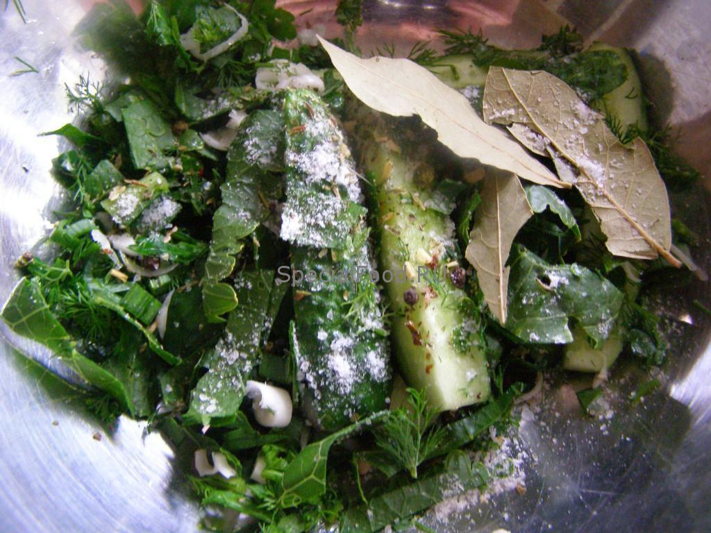 Соль и специи в миске