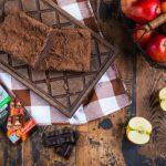 Яблочный брауни с шоколадом без сахара