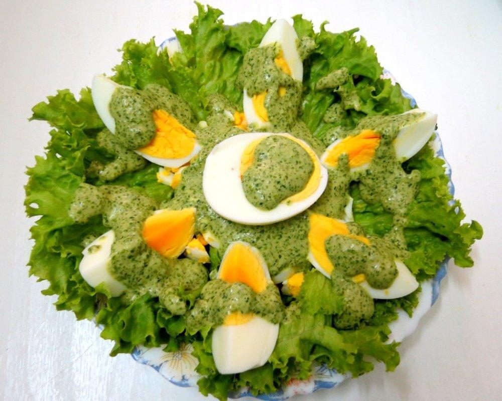 Яйца под зеленым соусом