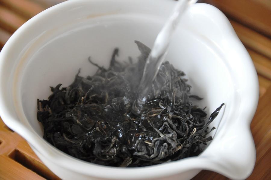 Завариваем черный чай в заварнике