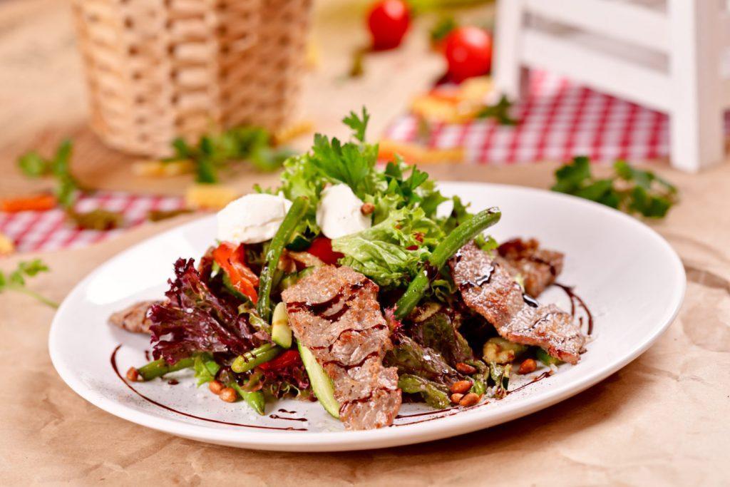 Овощной салат с отварной телятиной