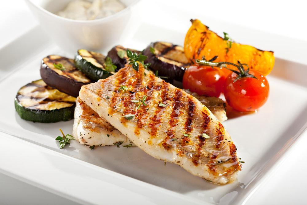 Печеная рыба с овощами гриль