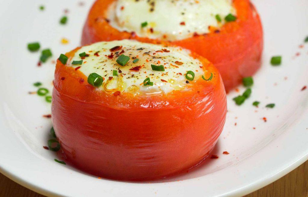 Запеченный томат, фаршированный творогом