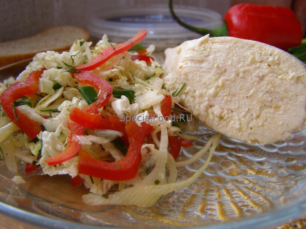 Отварная куриная грудка и овощной салат