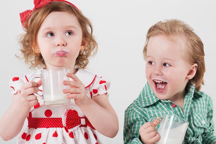 Дети пьют молоко