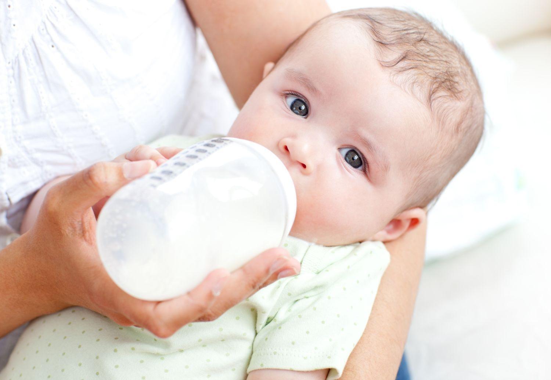 Младенец пьет молоко