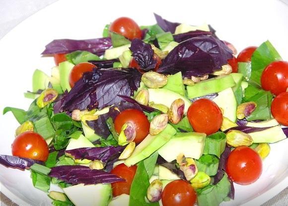 Салат из авокадо и фисташек
