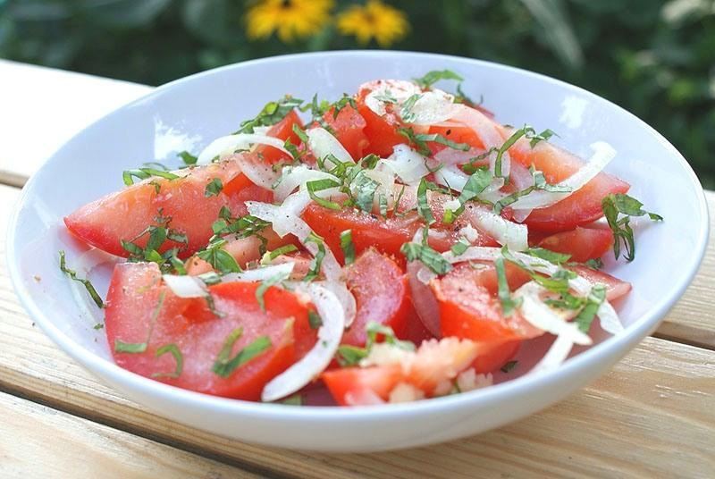 Салат из помидор и лука