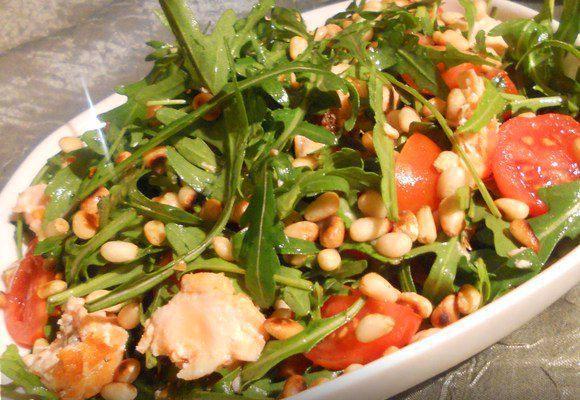 Салат с рукколой, кедровыми орешками и семгой