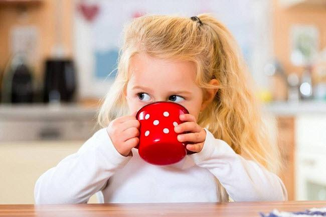 Ребенок пьет сыворотку