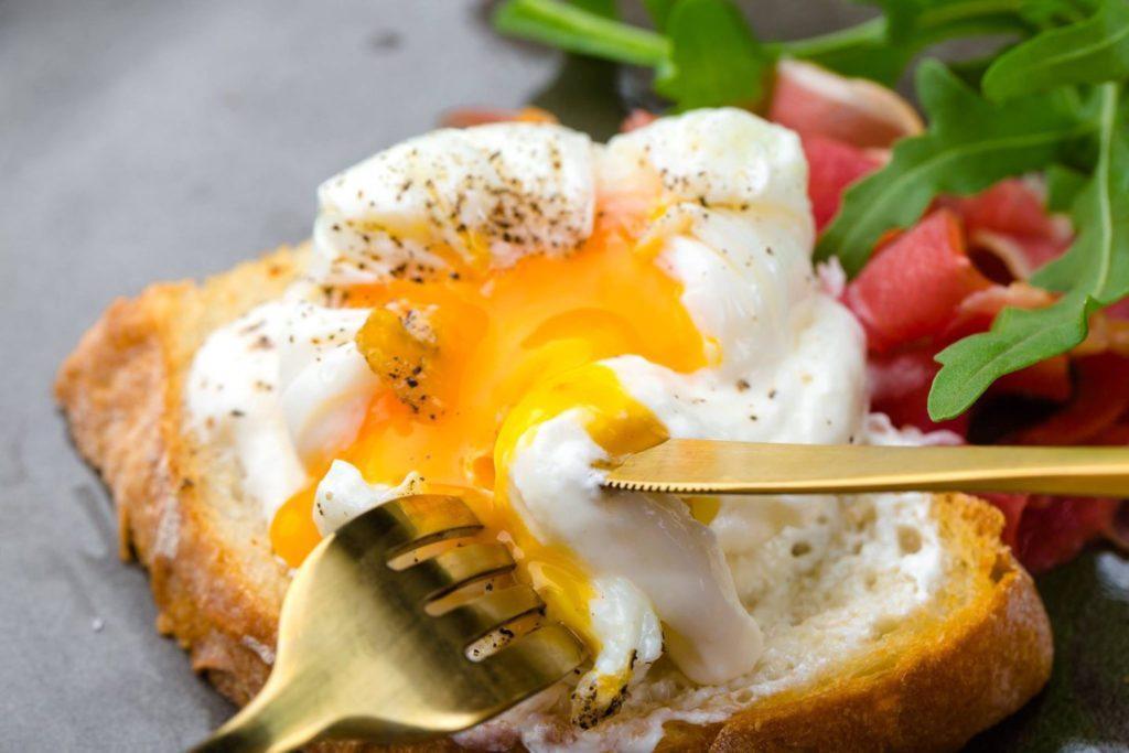 Яйцо пашот на гренке
