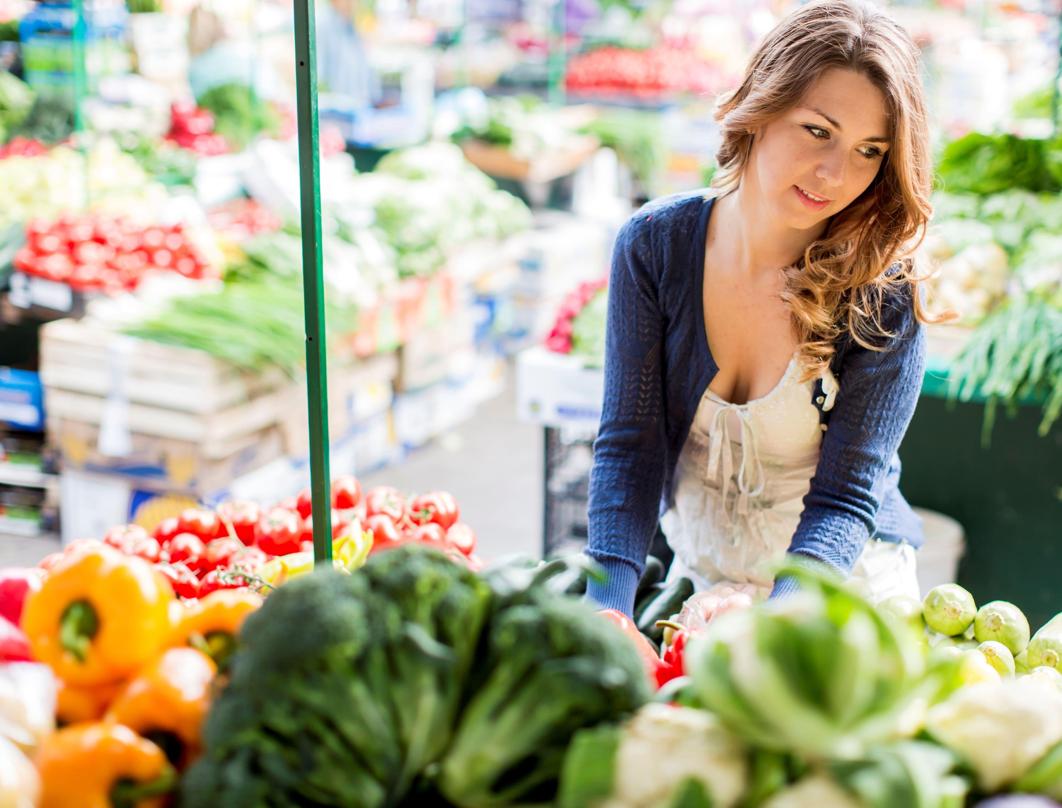 девушка с овощами