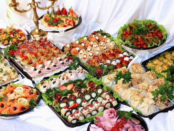 стол с блюдами