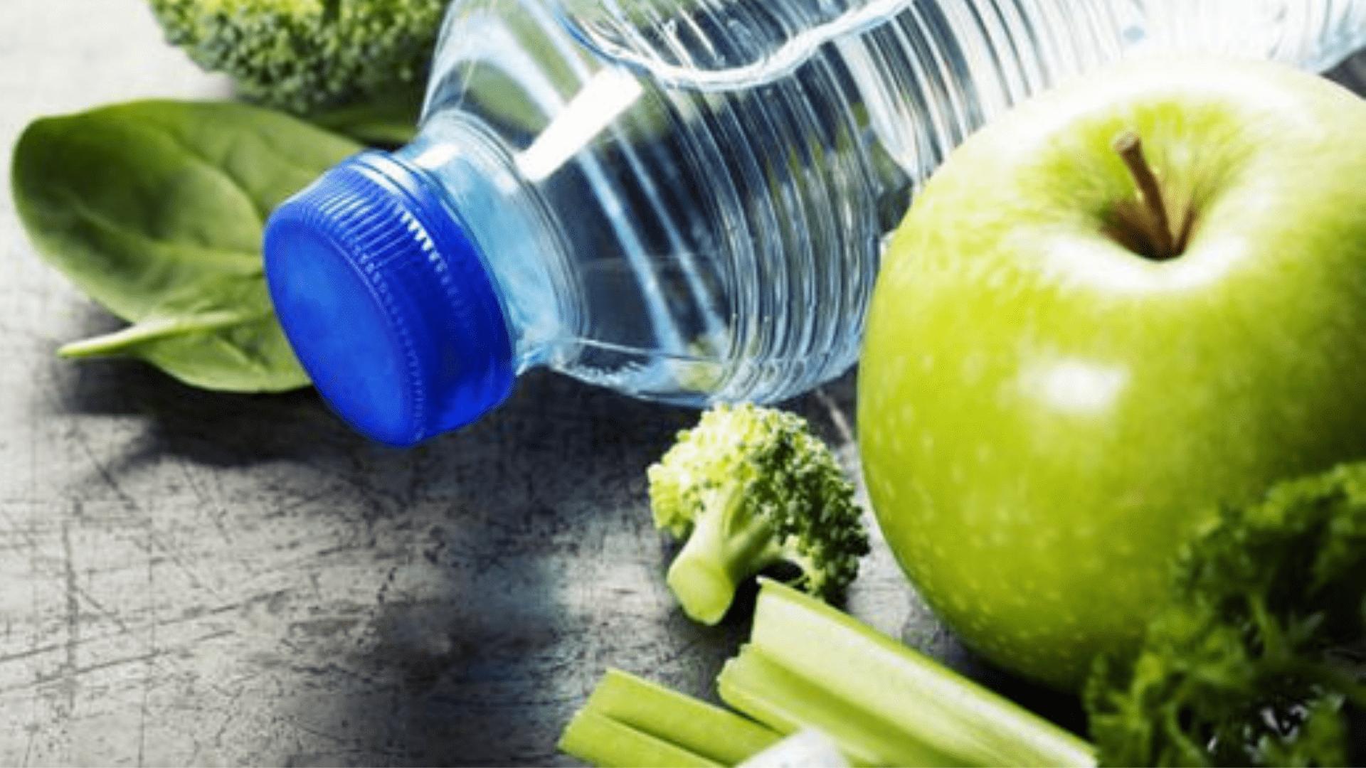 вода и яблоко